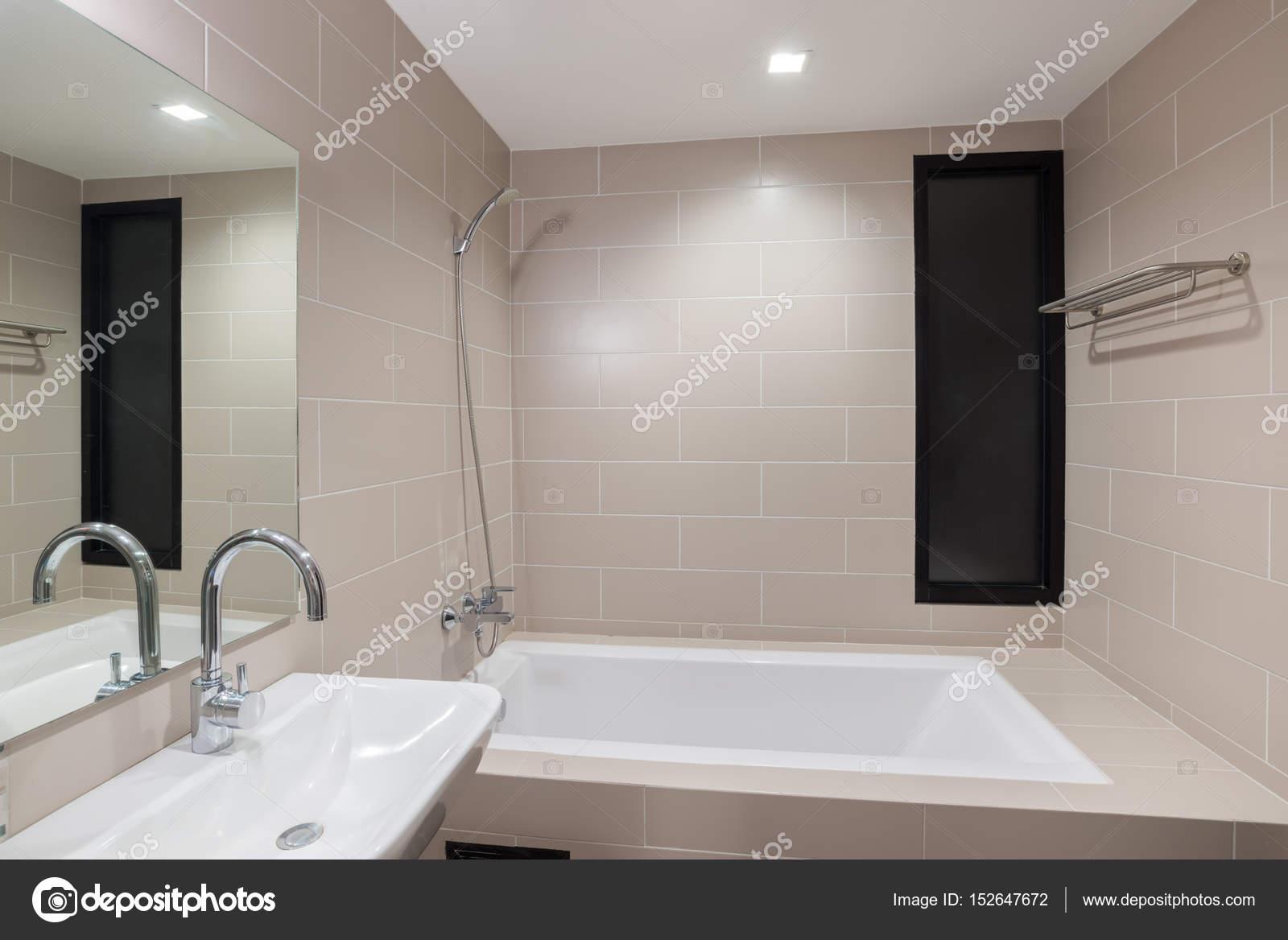 Moderno cuarto de baño con ducha y bañera — Foto de stock ...