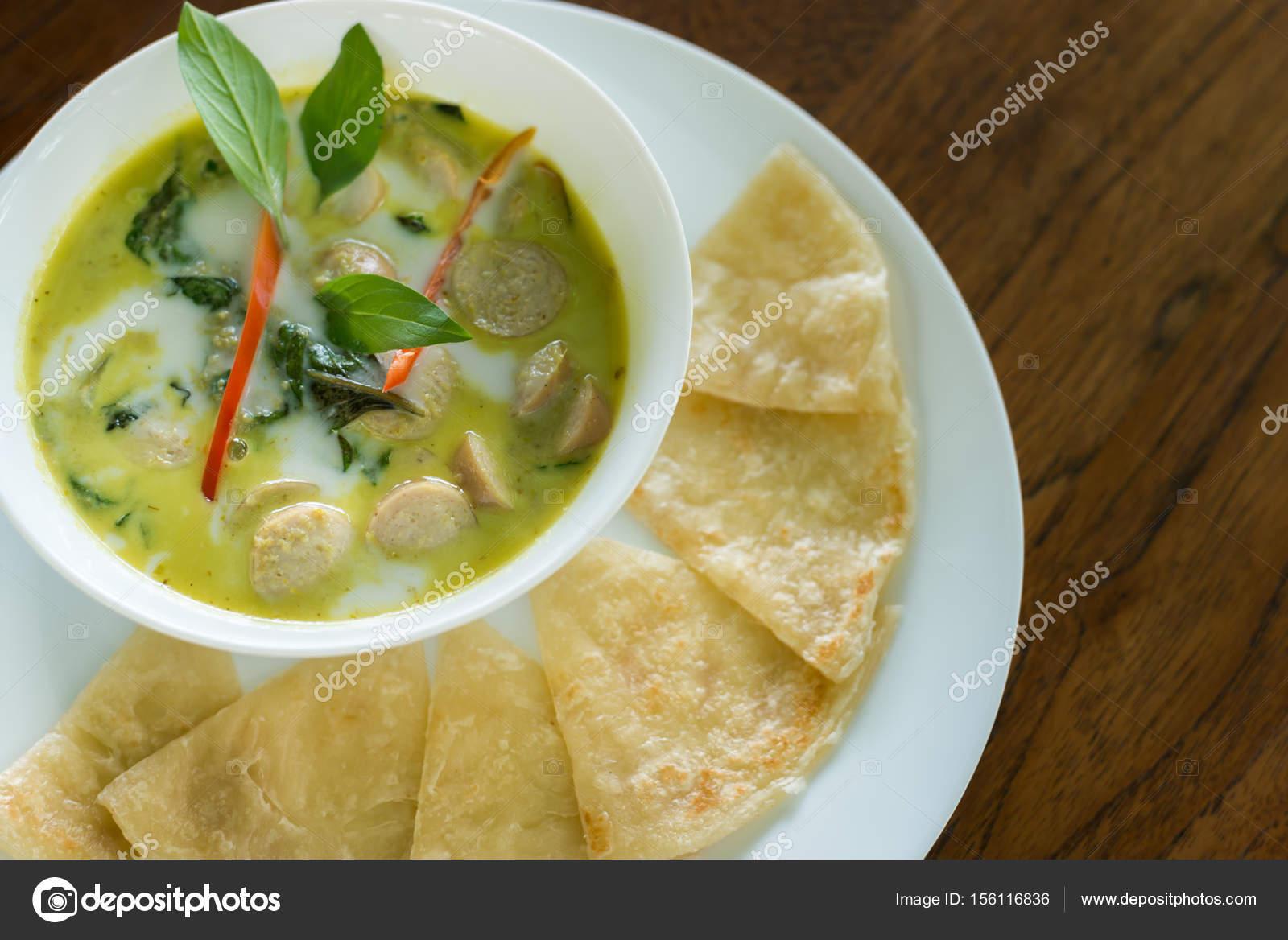 Tajskie Zielone Curry Niemiecki Kielbasa Z Roti Thai Fusion Kuchni
