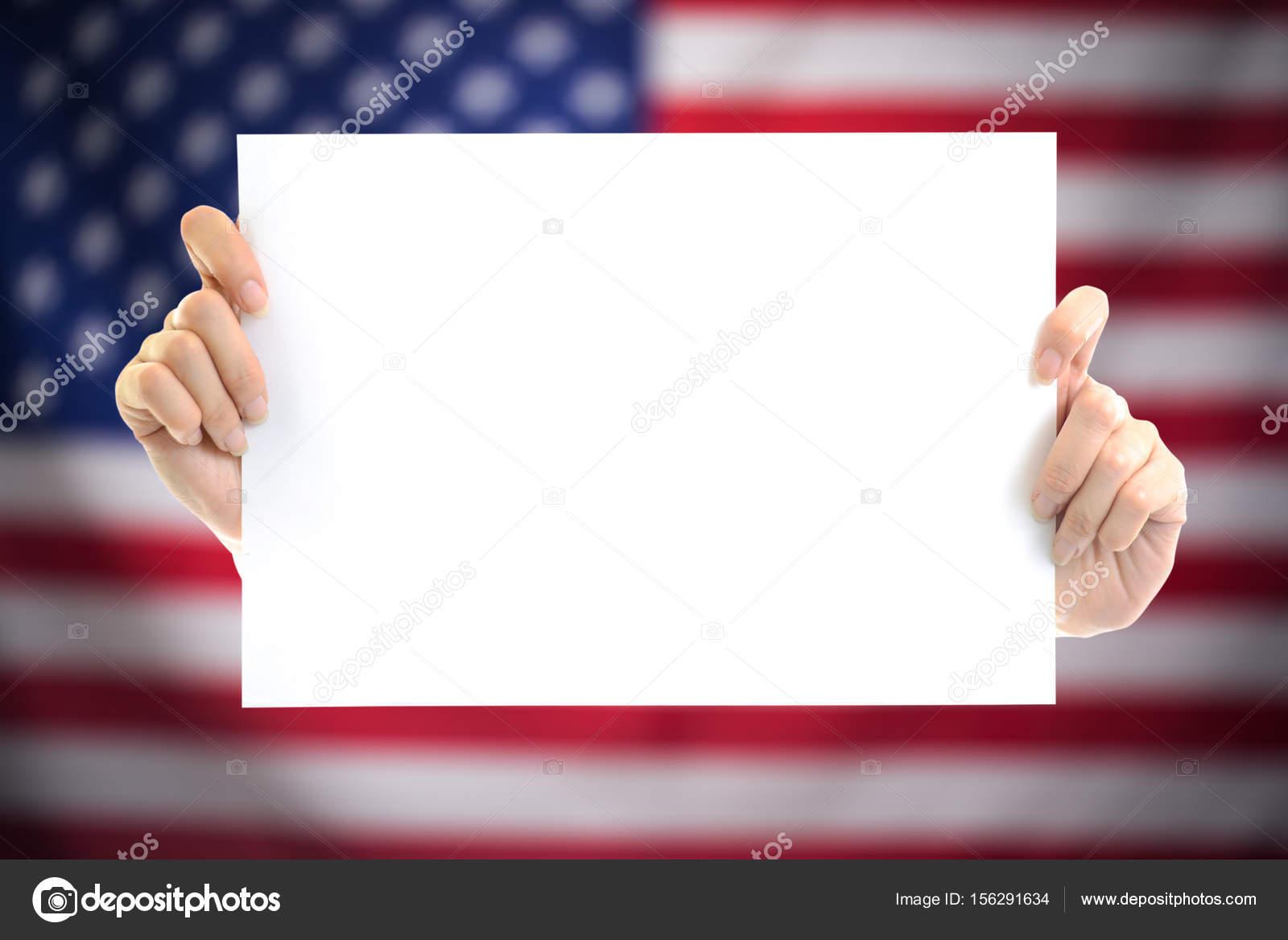 Hand, die weißen leeres Papier Blatt Mockup mit Us-Flagge ...