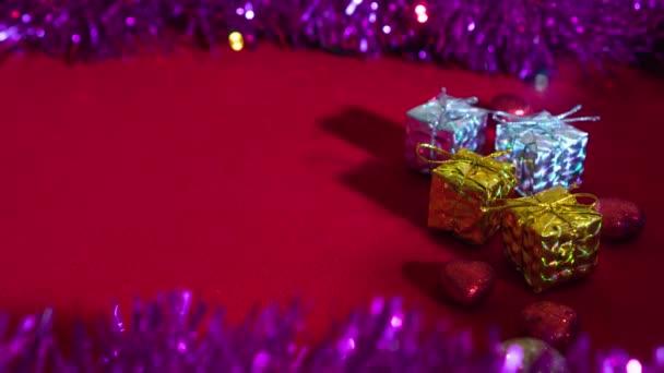 Vánoční dárkové balíčky s malými světly a dekorací