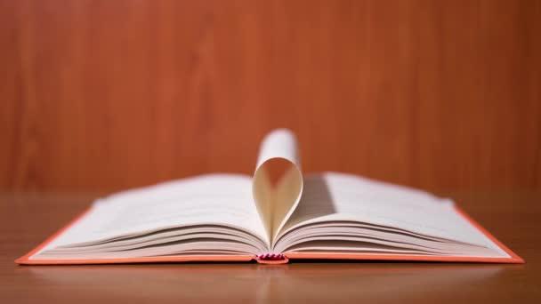 die Seiten des Buches falten sich in Form einer Blume in Stop-Motion