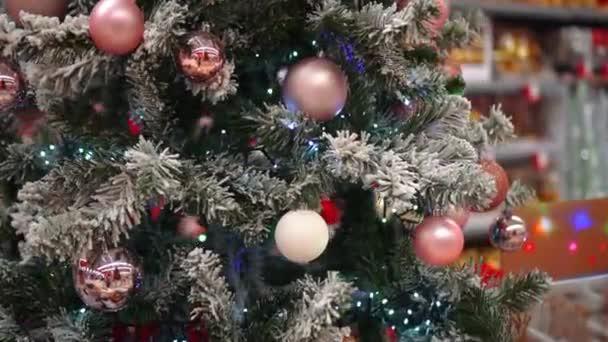 Falešný vánoční stromek s míčky