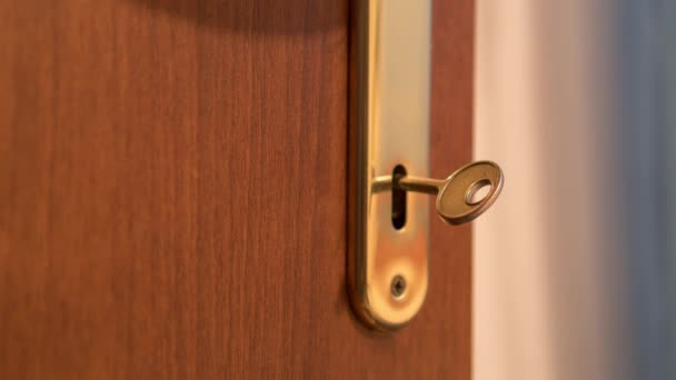 Otočení klíčem v zámku dveří