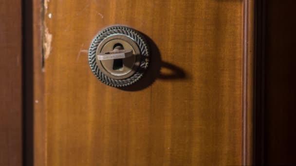 Schlüssel dreht sich in der alten kaputten Tür