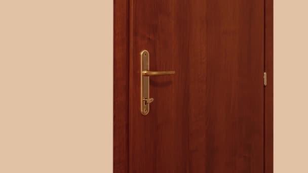 Tür dreht den Schlüssel um und öffnet