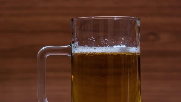 Pěna se objeví na pivu ve skleněném hrnku
