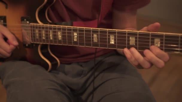 Kezek az elektromos gitáron.