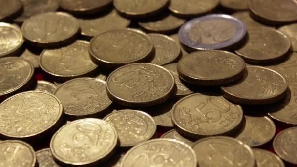 Mince se objevují na hromadě