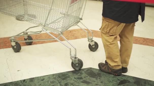 Osoba s prázdným nákupním košíku
