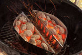图片:用火煮饭的图片_火焰火空热烧烤木炭烧烤炉用燃烧的煤块 — 图库照片©aruba2000 ...