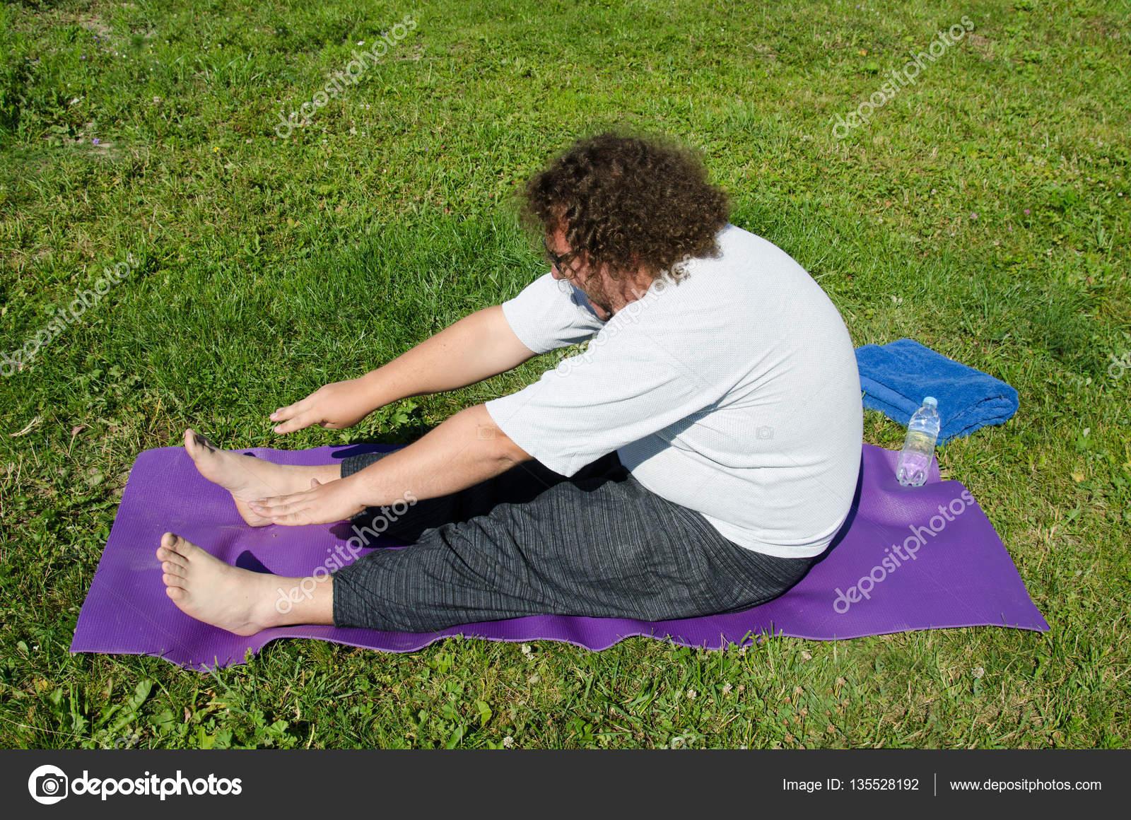 Lustige Yoga Und Fetter Kerl Auf Die Natur Stockfoto C Vladorlov