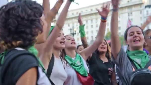 Capital Federal, Buenos Aires / Argentina. 19. února 2020: shromáždění ve prospěch legálních, bezpečných a svobodných potratů. Mladé ženy křičí feministická hesla