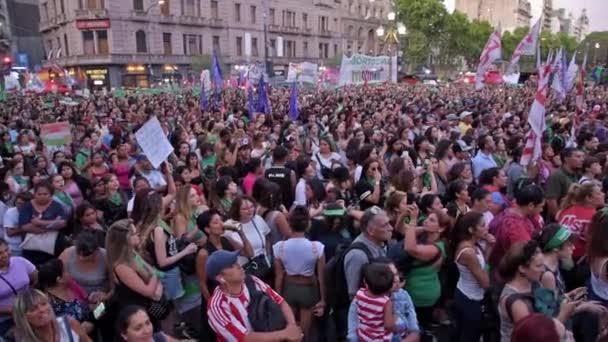 Capital Federal, Buenos Aires / Argentina. 19. února 2020: Dav lidí, shromáždění ve prospěch schválení zákona o legálních, bezpečných a svobodných potratech, před Národním kongresem