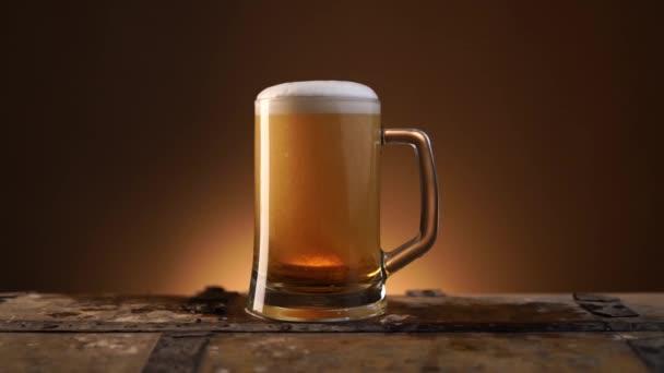 Eiskaltes Glas Bier mit Kondenswasser bedeckt