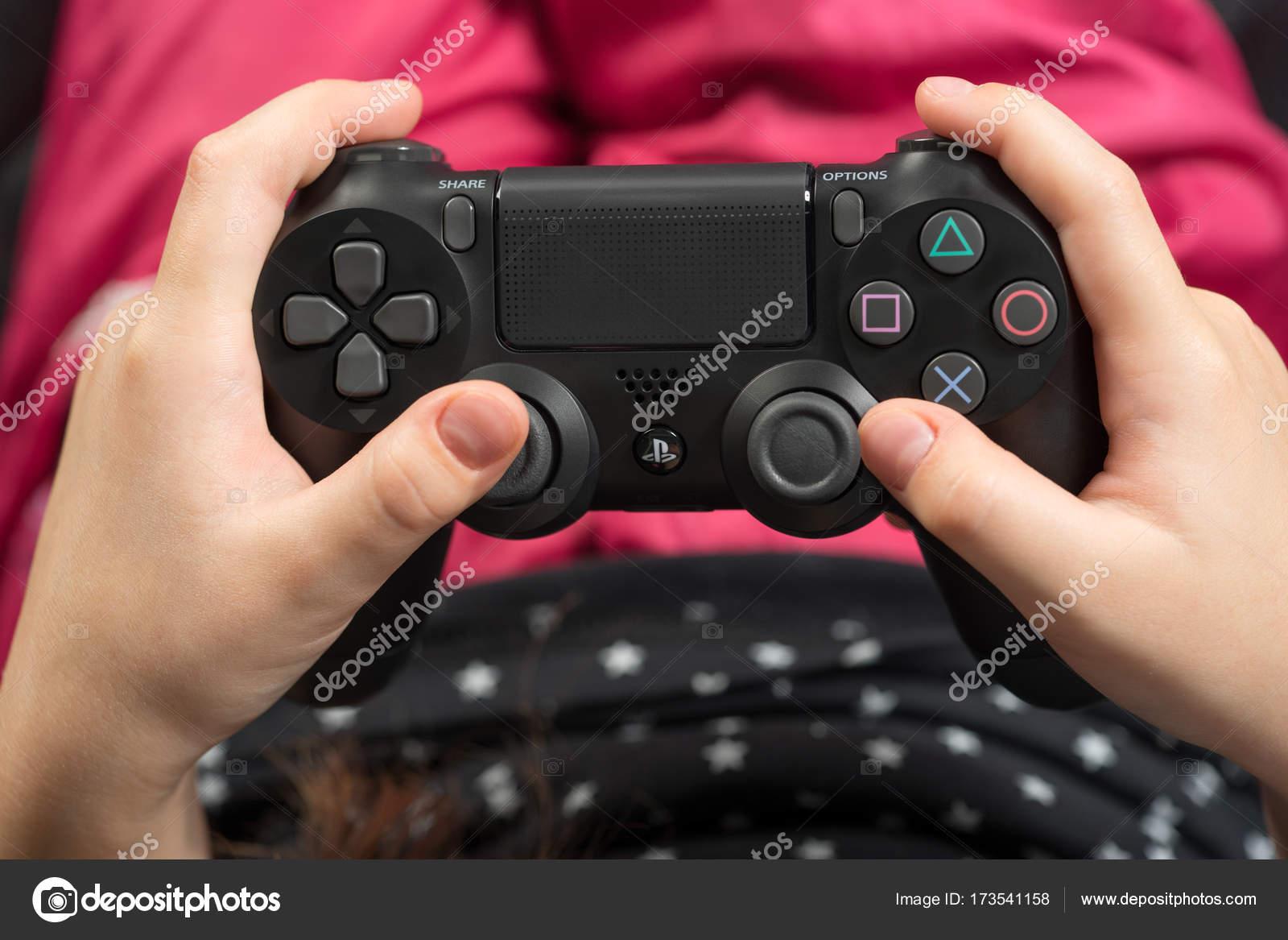 Imagenes Jugando Playstation 4 Chica De La Mano Jugando Sony