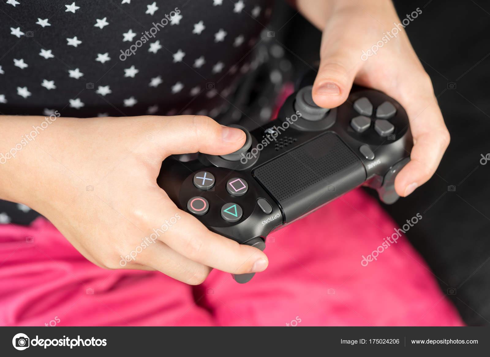 Chica De La Mano Jugando Sony Dualshock 4 Foto Editorial De Stock