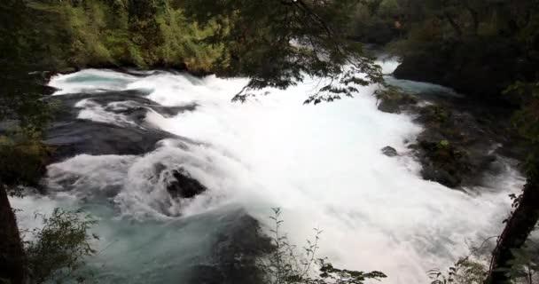 Saltos del Caburgua vodopády v Pucon úžasné a divoké krajiny, jako v dobrodružném filmu, zelená plná životní scenérie s řekou jít dolů najít východ do Tichého oceánu. Chile