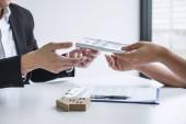 Makléř realitní agent přijímat peníze od klienta po podepsání agre