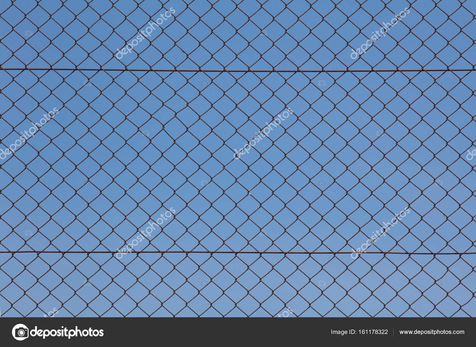 Metallische Drahtgeflecht und blauer Himmel — Stockfoto © Torsakarin ...