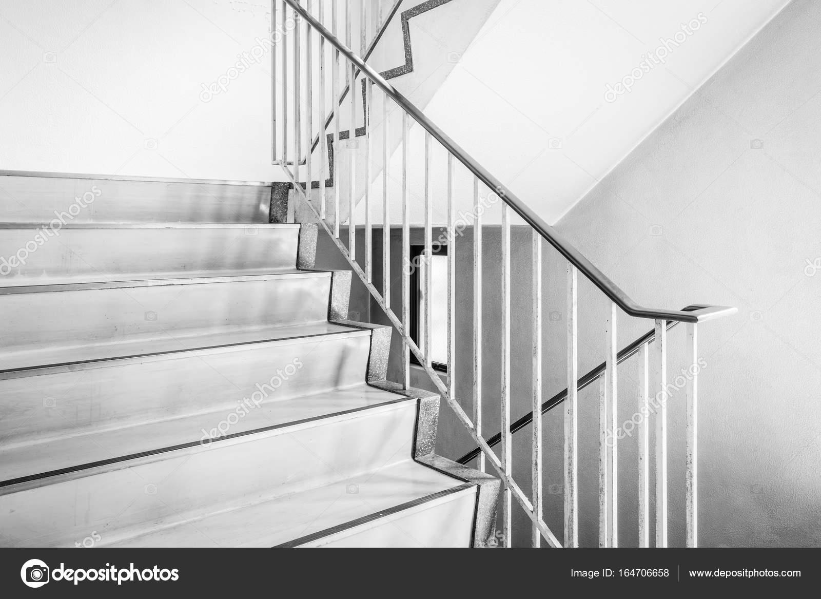 Betonnen trap met metalen leuning u2014 stockfoto © torsakarin #164706658