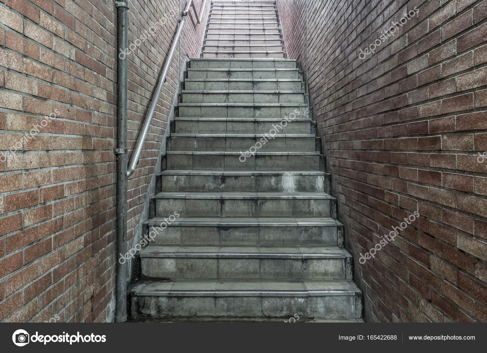 Oude ondergrondse betonnen trap u stockfoto torsakarin