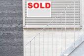 Fotografie prodávané nemovitosti značka před dům