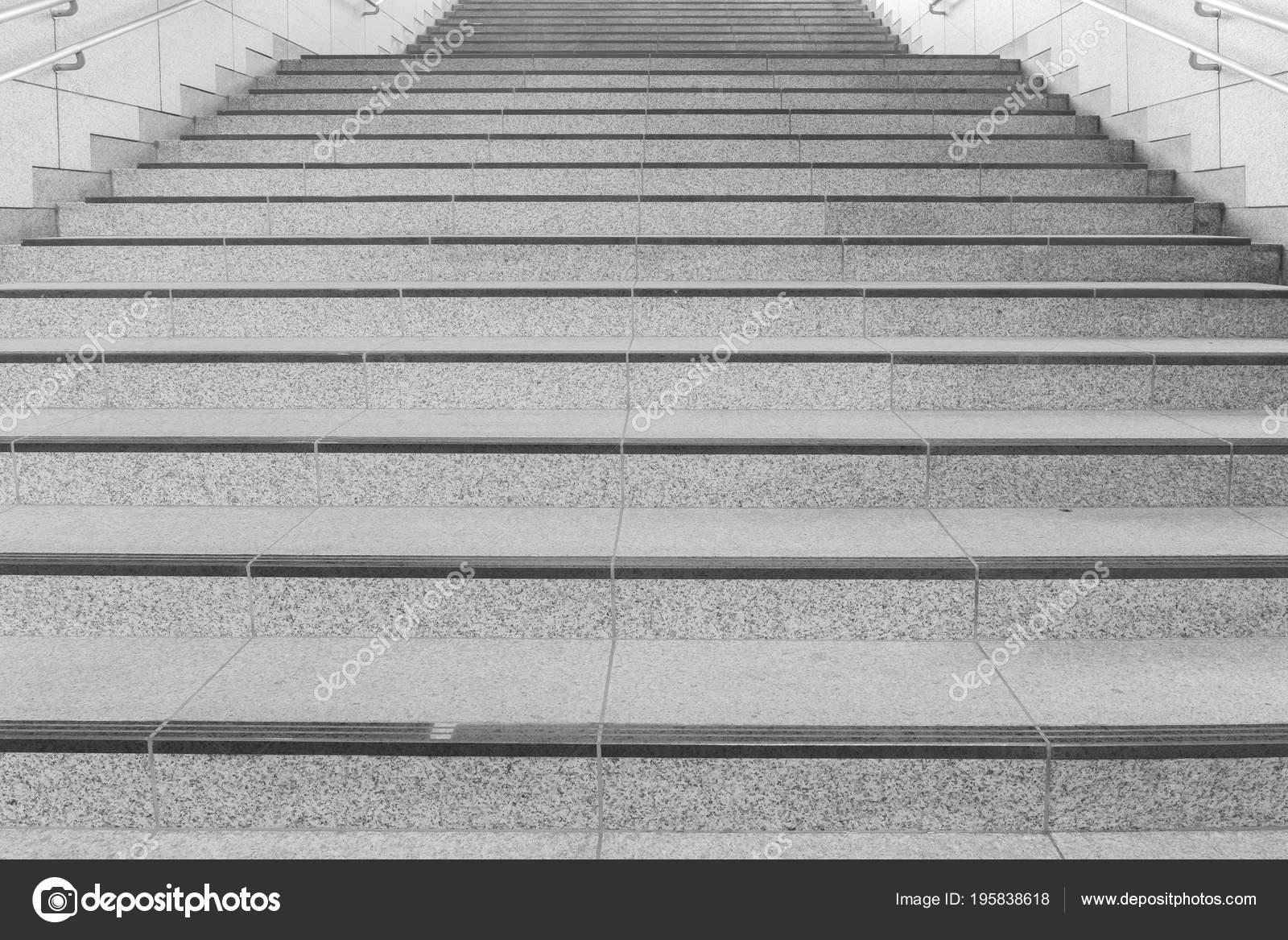 Betonnen trap met metalen leuning moderne buiding u2014 stockfoto