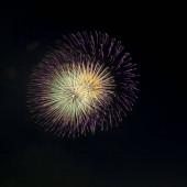 színes tűzijáték a japán hagyományos nyári fesztiválról