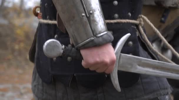 Ritter tragen ein Schwert in der Hand