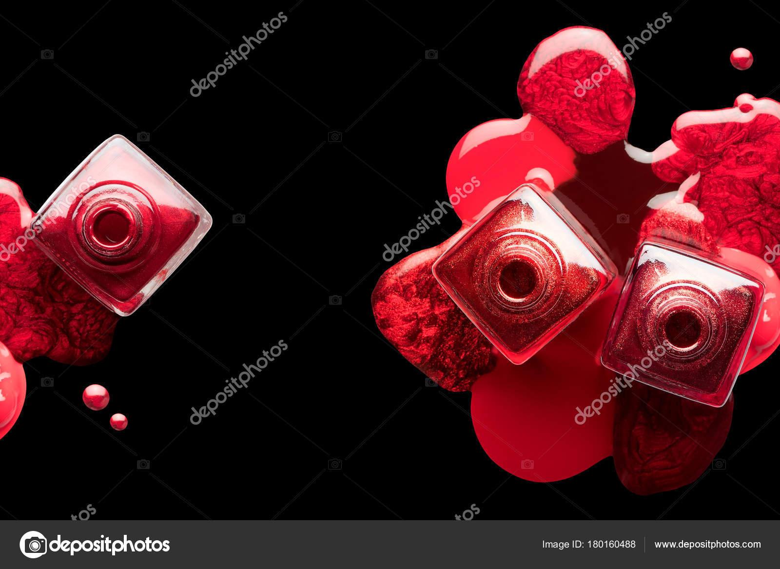 Arte de uñas y manicura concepto. Esmalte de uñas rojo metálico ...