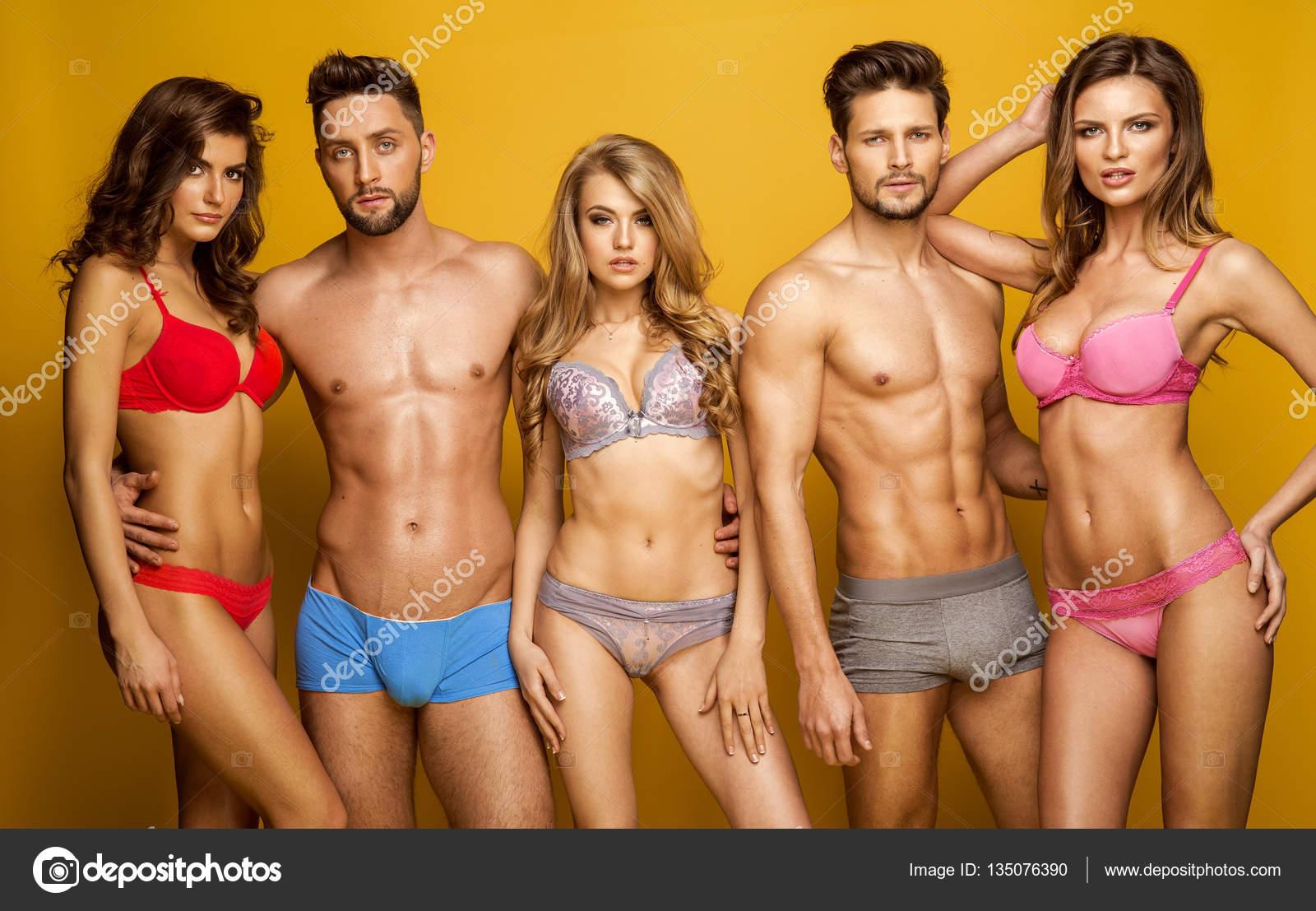 f7ec0649b5 Sonriente y vistiendo ropa interior posando en el estudio de modelos de  moda - fotos  modelos hombres en bikini — Foto de ...