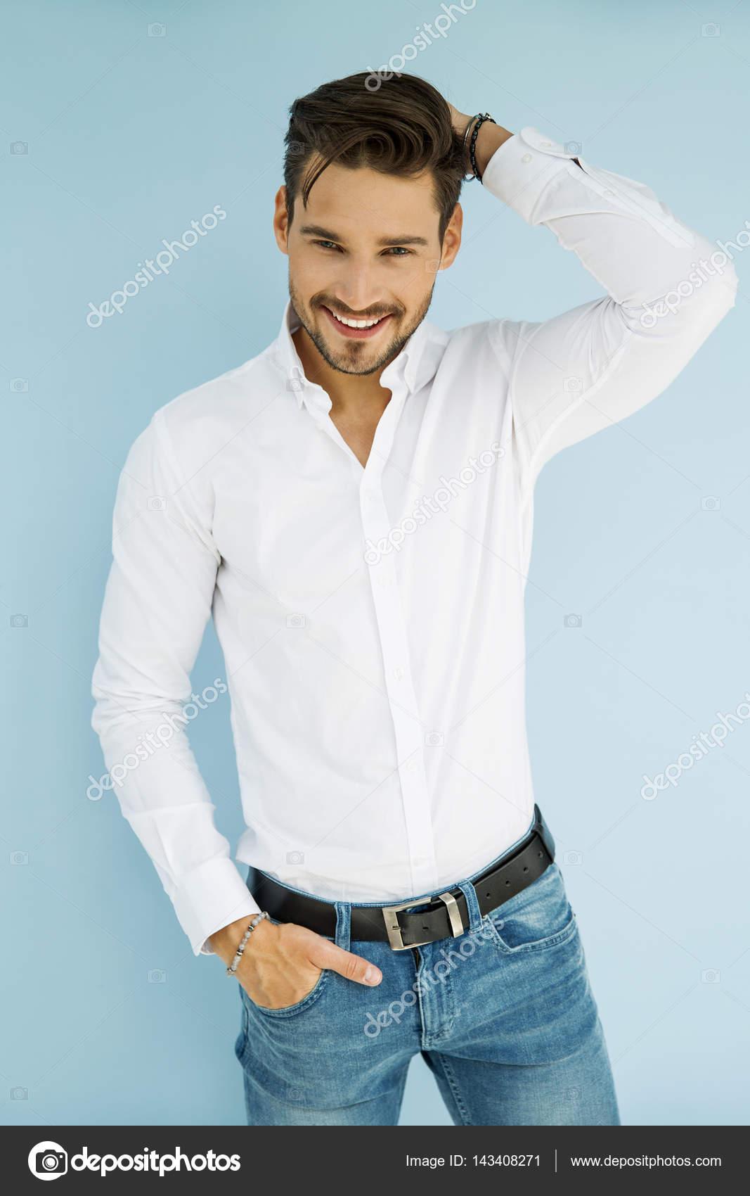 Hombre Bien Vestido Con Una Mano En Un Bolsillo Descargar