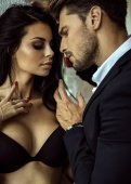 Fotografie Porträt von sexy Mann im schwarzen Anzug sexy Frau in Berührung Verweilen