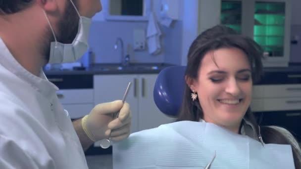 Chistes De Dentistas Con Un Paciente Durante El Tratamiento Y El