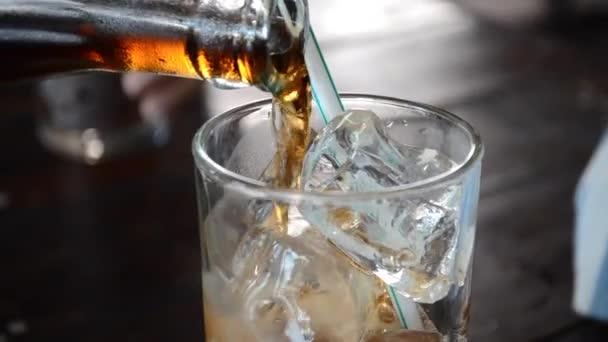 Vylévá koks/cola/sody do sklenice