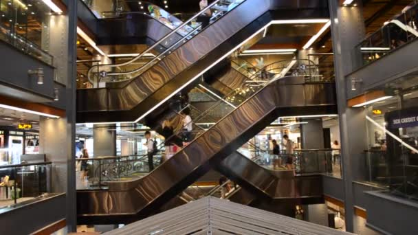 Bangkok / Thaiföld - Jan 13 2017: emberek használ a mozgólépcsők, Siam Center bevásárlóközpontban Bangkokban