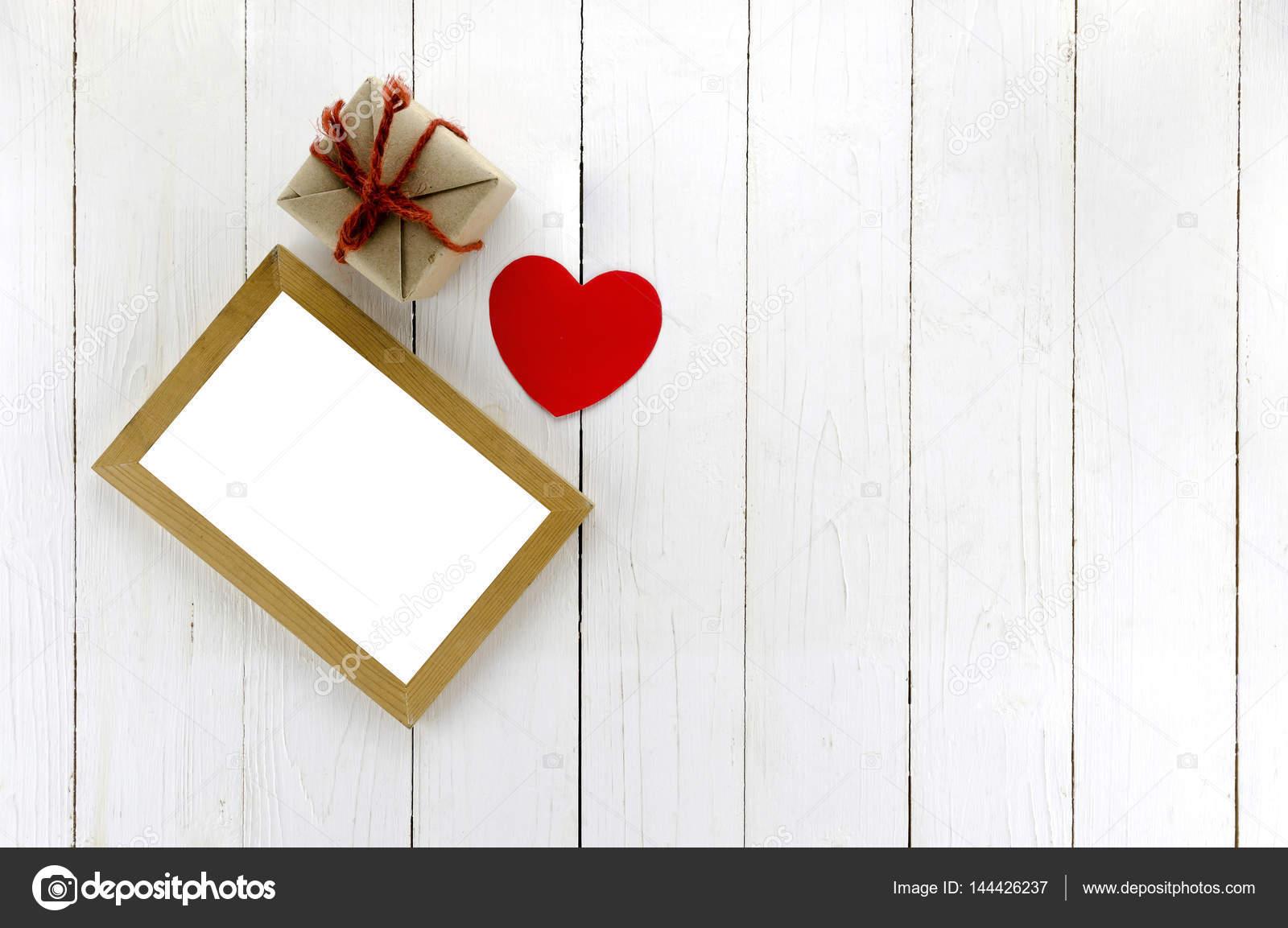 Draufsicht des Handwerks-Geschenk-Box mit Fotorahmen und Herz ...