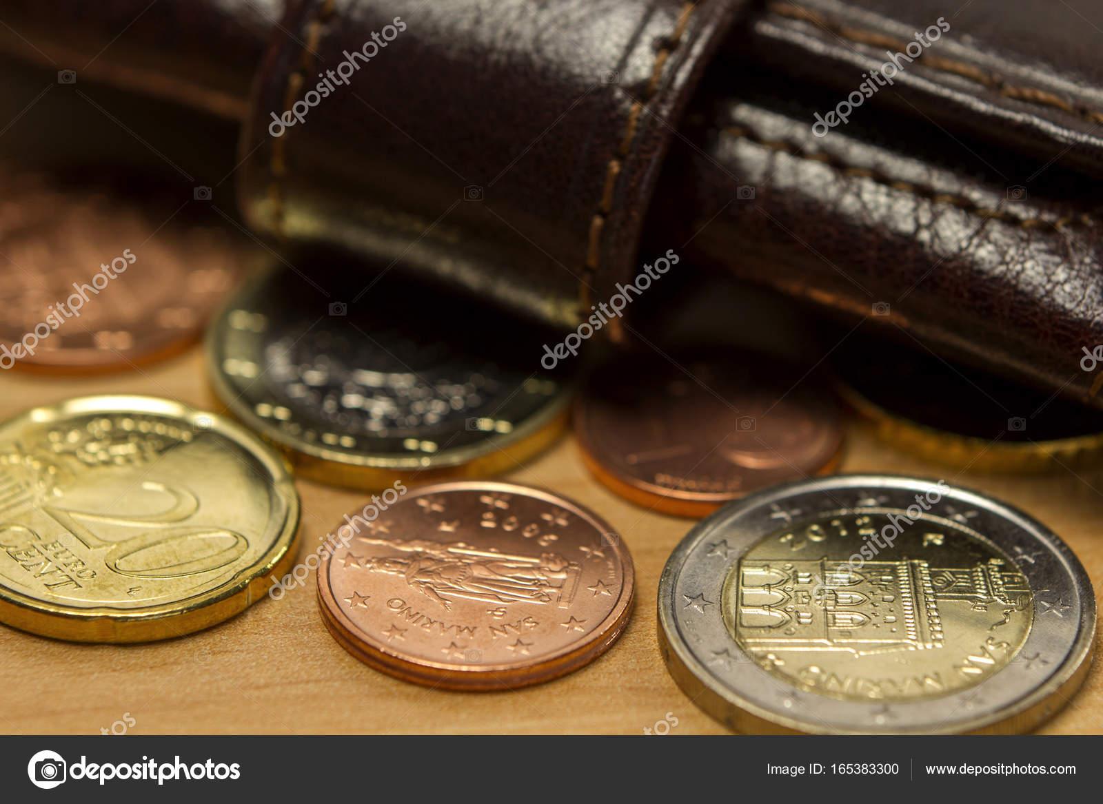 4abbb709d4 Καφέ ανδρικό πορτοφόλι και ευρώ νομίσματα στο ξύλινο τραπέζι ...