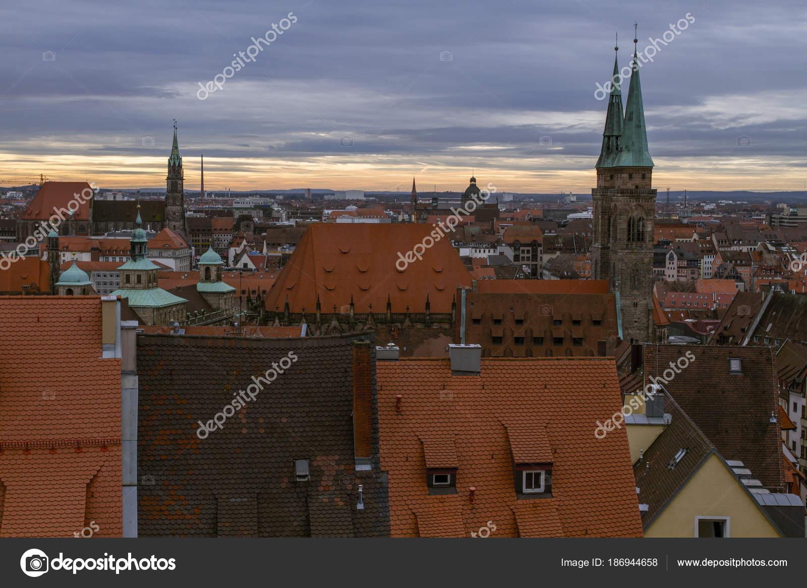 Daken gebouwd met rode tegels oude stad neurenberg een bewolkte