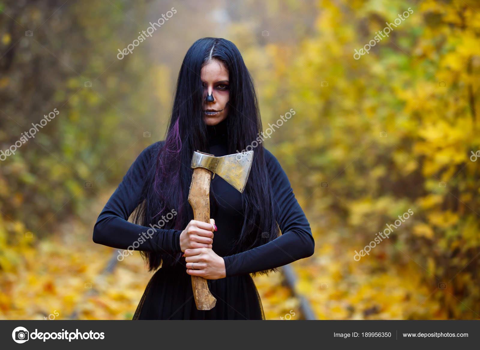Professionele Halloween Kostuums.Mooi Meisje Met Grote Massale Ax In Haar Heand Creatieve