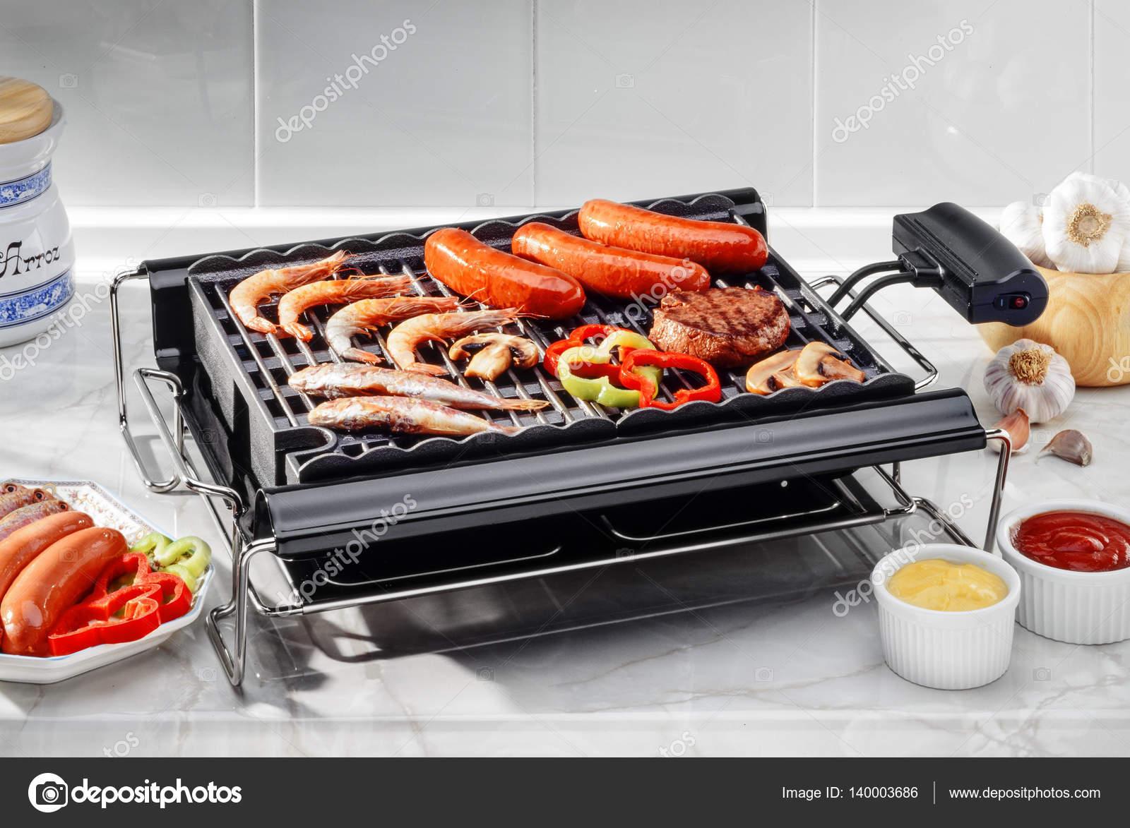 barbecue lectrique avec poisson et viande photographie estudiosaavedra 140003686. Black Bedroom Furniture Sets. Home Design Ideas
