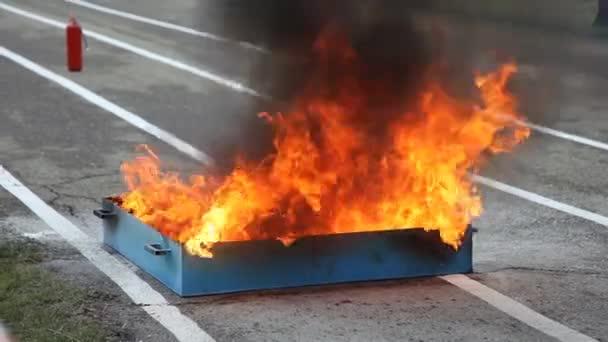 Spalování nádrže benzínu na učení hasičů