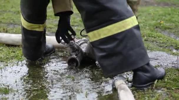 Detailní záběr hasiče odstraňuje zařízení k hašení požárů