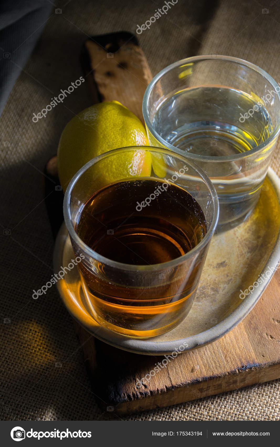 zwei verschiedenen Gläsern Tequila — Stockfoto © expressiovisual ...