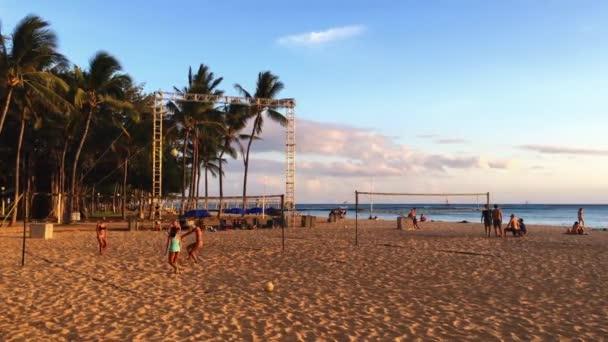Honolulu, Oahu / Hawaii - 14. Június 2019: Hawaii-sziget, Csendes-óceán, Észak-Amerika, Amerikai Egyesült Államok, Waikiki paradicsom, turizmus, utazás Egyesült Államok, álomnyaralás, nyaralás, strandröplabda, élet