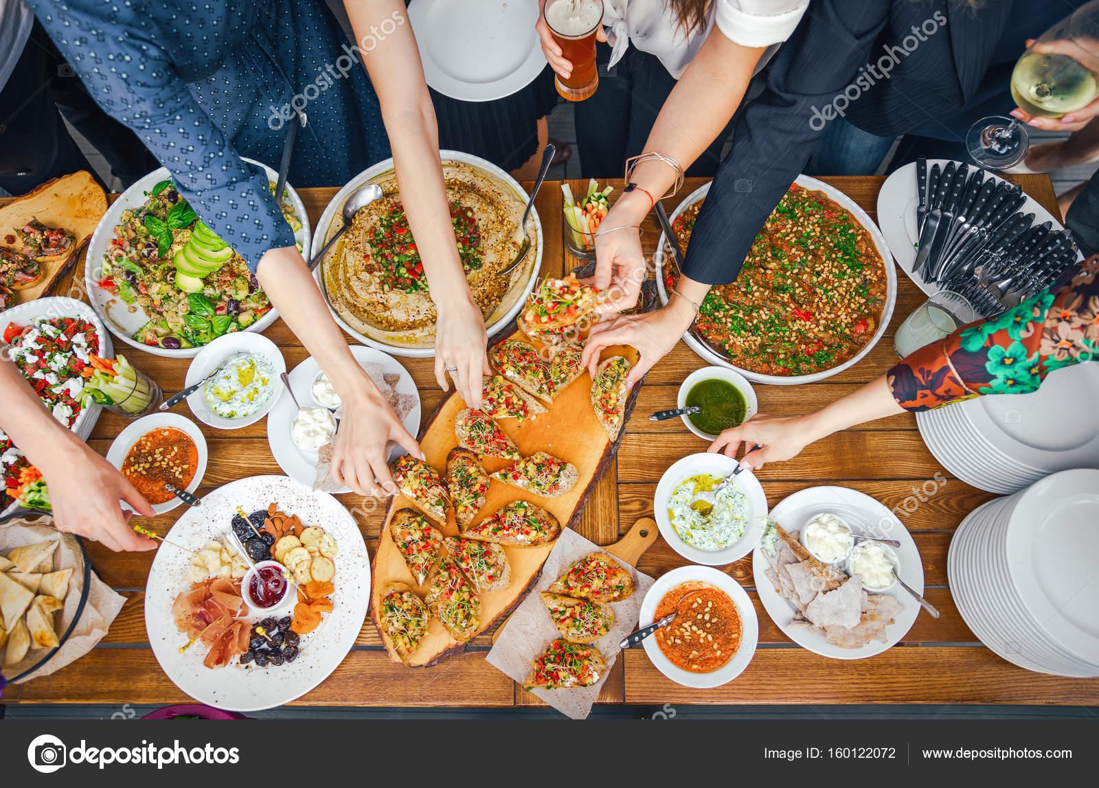 freunde gl ck genie en speisesaal essen konzept essen vom buffet gastronomie restaurants und. Black Bedroom Furniture Sets. Home Design Ideas