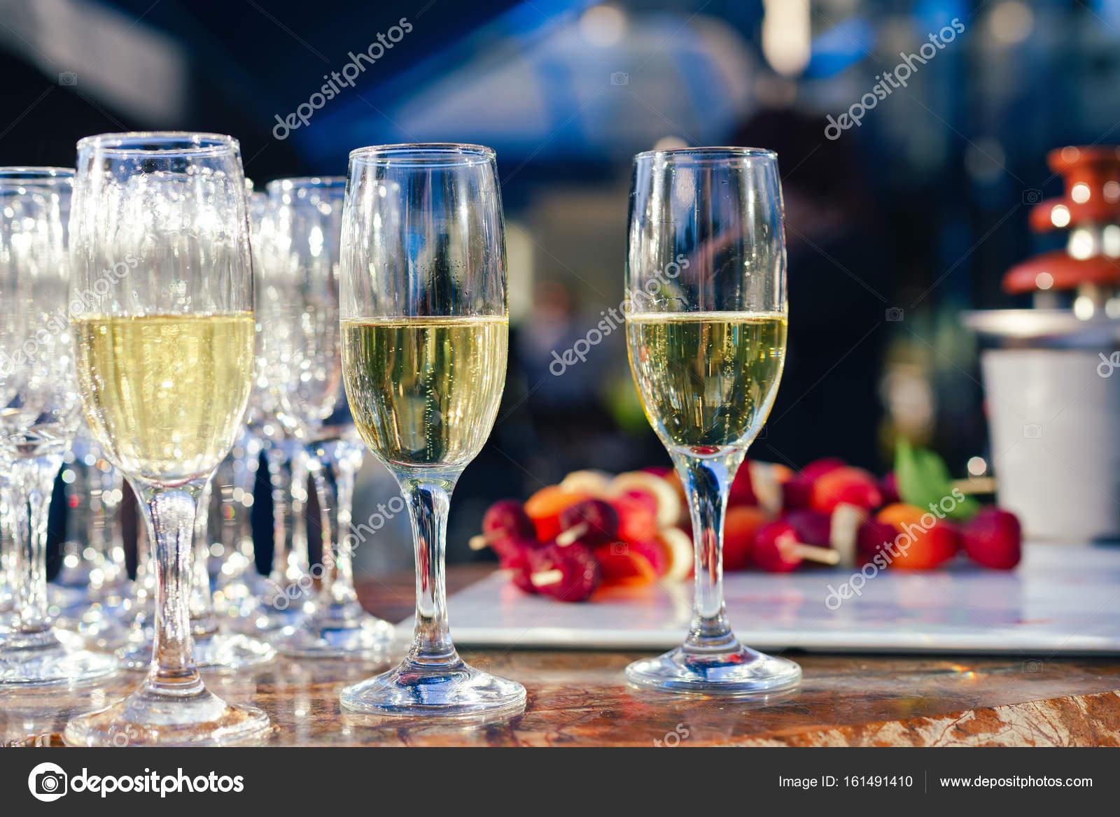 verres de champagne sur table servi pour buffet traiteur parti à l