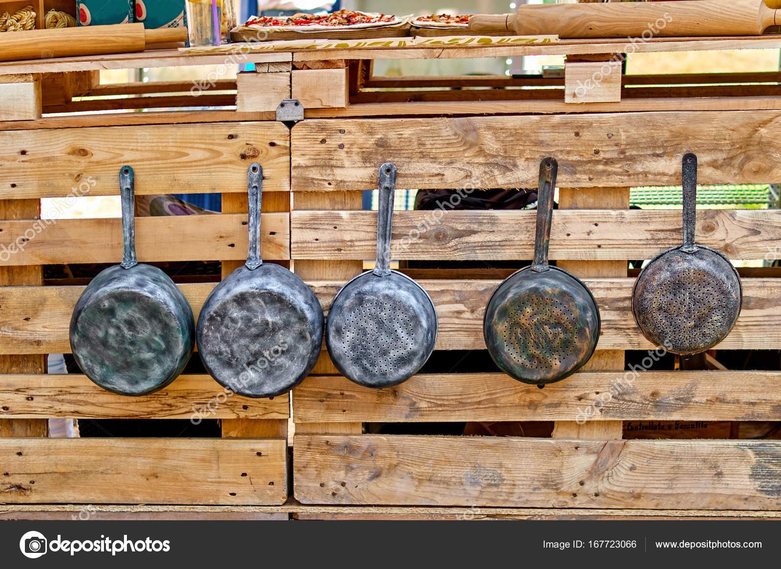Vecchio ferro pentole e padelle antiche appendere ganci. vecchi ...
