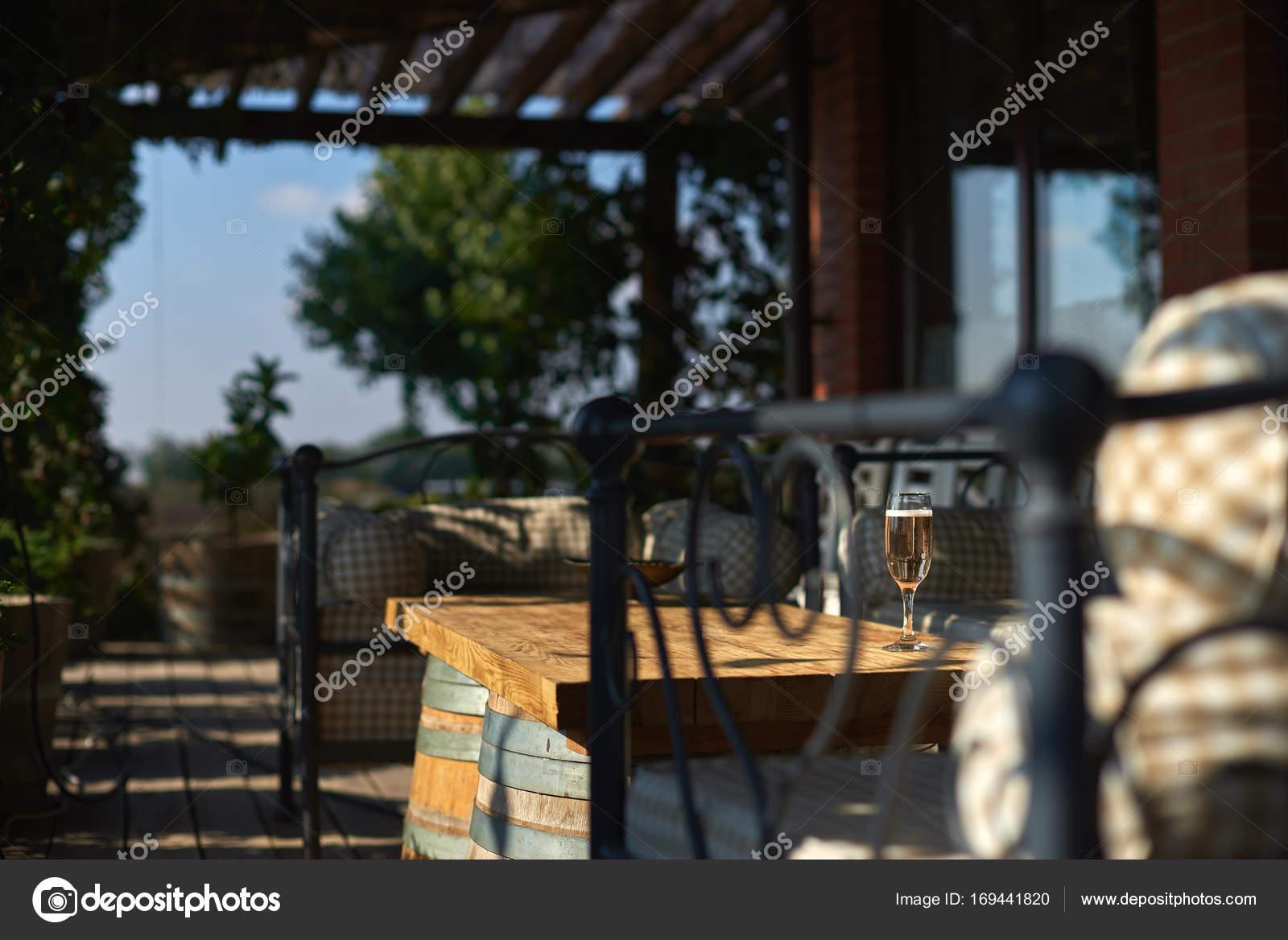 Terraza Acogedora Con Sofás Para El Descanso Vidrio Con