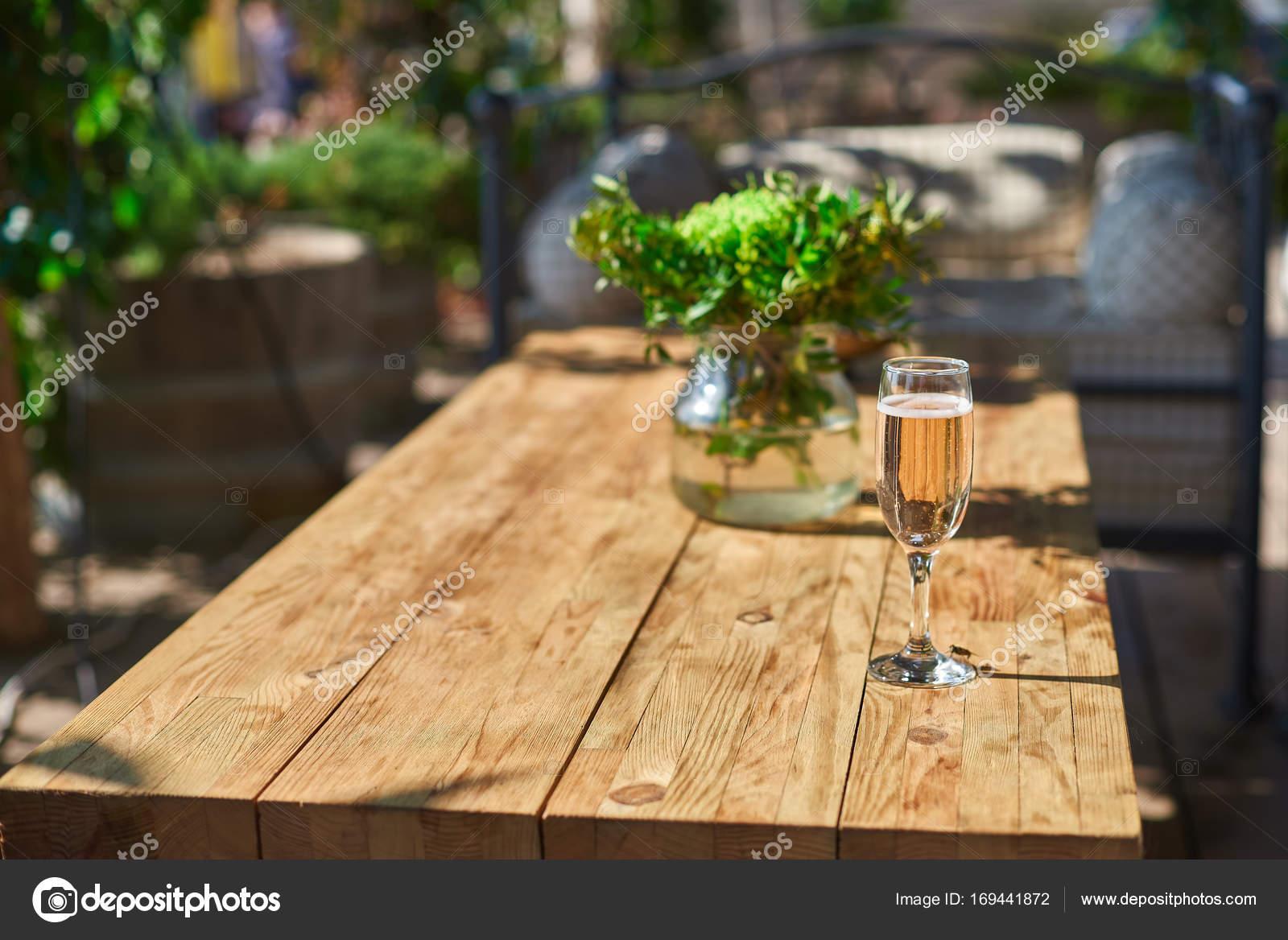 terrasse cosy avec canap s pour reste verre avec du champagne sur une table en bois. Black Bedroom Furniture Sets. Home Design Ideas